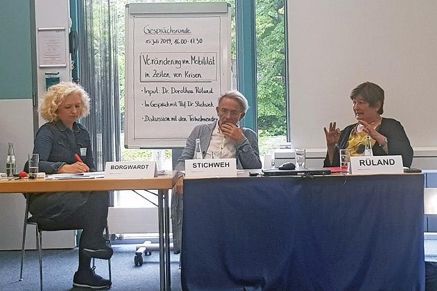 DAAD-Seminar Hochschulpolitik aktuell 2019, Podiumsdiskussion mit Prof. Dr. Rudolf Stichweh (Mi.) und Dr. Dorothea Rüland (re.), Moderation: Angela Borgwardt (li.)